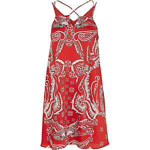 Rode slipdress met gekruiste bandjes en paisleyprint
