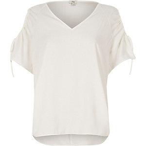 Top blanc à épaules dénudées et manches courtes
