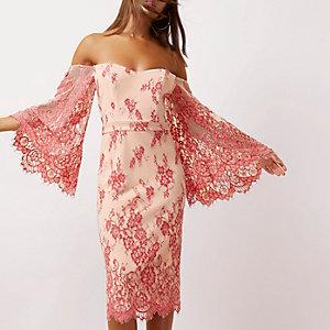 Robe Bardot moulante en dentelle rose à manches évasées