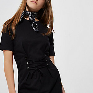 Petite – Schwarzes T-Shirt-Kleid mit Korsage vorn