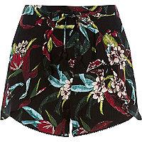 Zwarte short met tropische bloemenprint en ruches