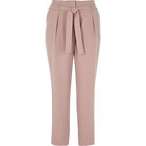 Pantalon rose fuselé noué à la taille