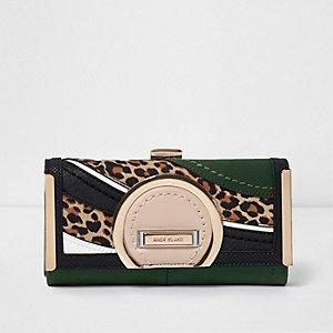 Donkergroene portemonnee met druksluiting en paneel met luipaardprint