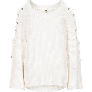 Witte gebreide pullover met strikjes op de schouders en wijduitlopende mouwen