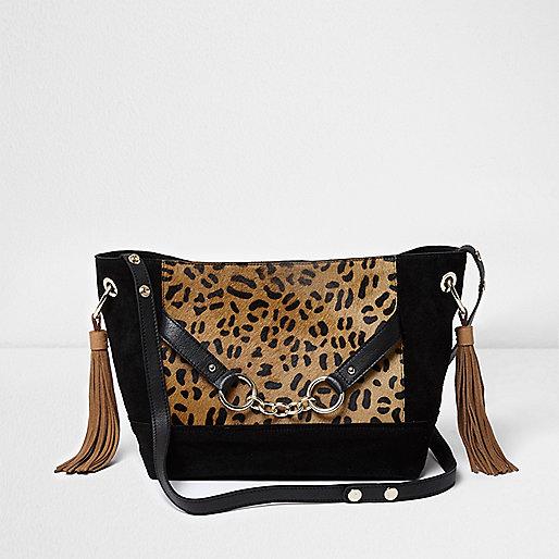 Zwarte Leren Schoudertassen : Zwarte leren buckettas met luipaardprint schoudertassen