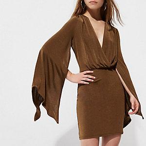RI Petite - Kakigroene jurk met wijduitlopende mouwen