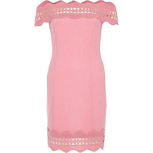 Robe moulante rose Bardot bordée de dentelle