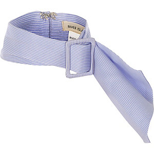 Blauer, gestreifter Schal