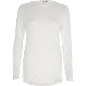Wit T-shirt met lange mouwen en ongelijke zoom