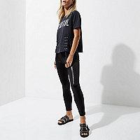 Petite – Schwarze, beschichtete Leggings im Leder-Look