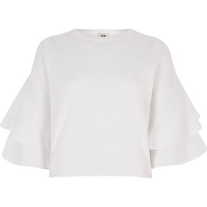 Weißer Pullover mit Rüschen