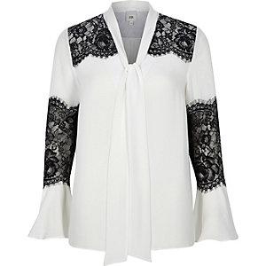 Witte blouse met kanten inzetstukken en wijduitlopende mouwen