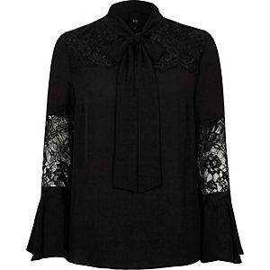Zwarte blouse met kanten inzetstuk en uitlopende mouwen