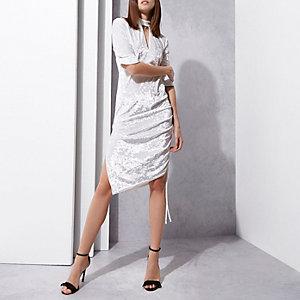 RI Studio - Witte fluwelen midi-jurk met choker