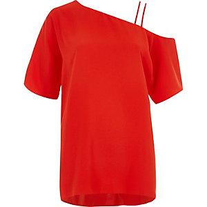 Rode camitop met blote schouder en dubbele bandjes