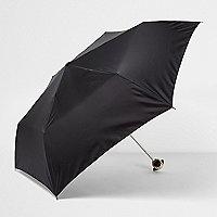 Zwarte paraplu met mopshond