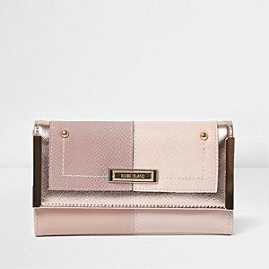 Roze smalle portemonnee met metaal aan zijkant