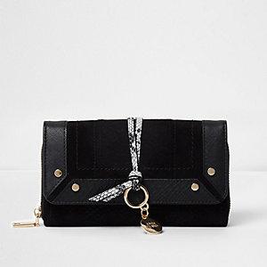 Schwarze Kuvert-Geldbörse mit Schlangenhautdetail
