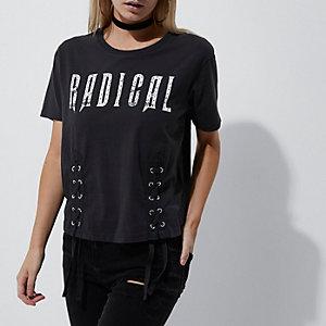 RI Petite - Donkergrijs T-shirt met vetersluiting en 'radical'-print