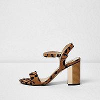 Beige minimalistische sandalen met luipaardprint en blokhakken
