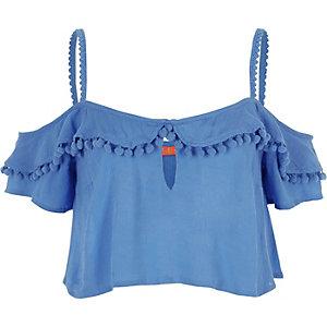 Crop top bleu avec épaules dénudées, volants et pompons