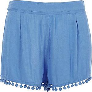 Short bleu à bordure à pompons