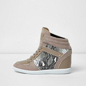 Beige hoge sneakers met sleehak en krokodillenreliëf