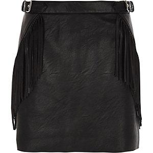Mini-jupe en cuir synthétique noir à franges et boucle