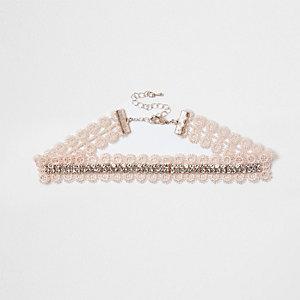 Collier ras-de-cou avec dentelle rose, chaîne et strass