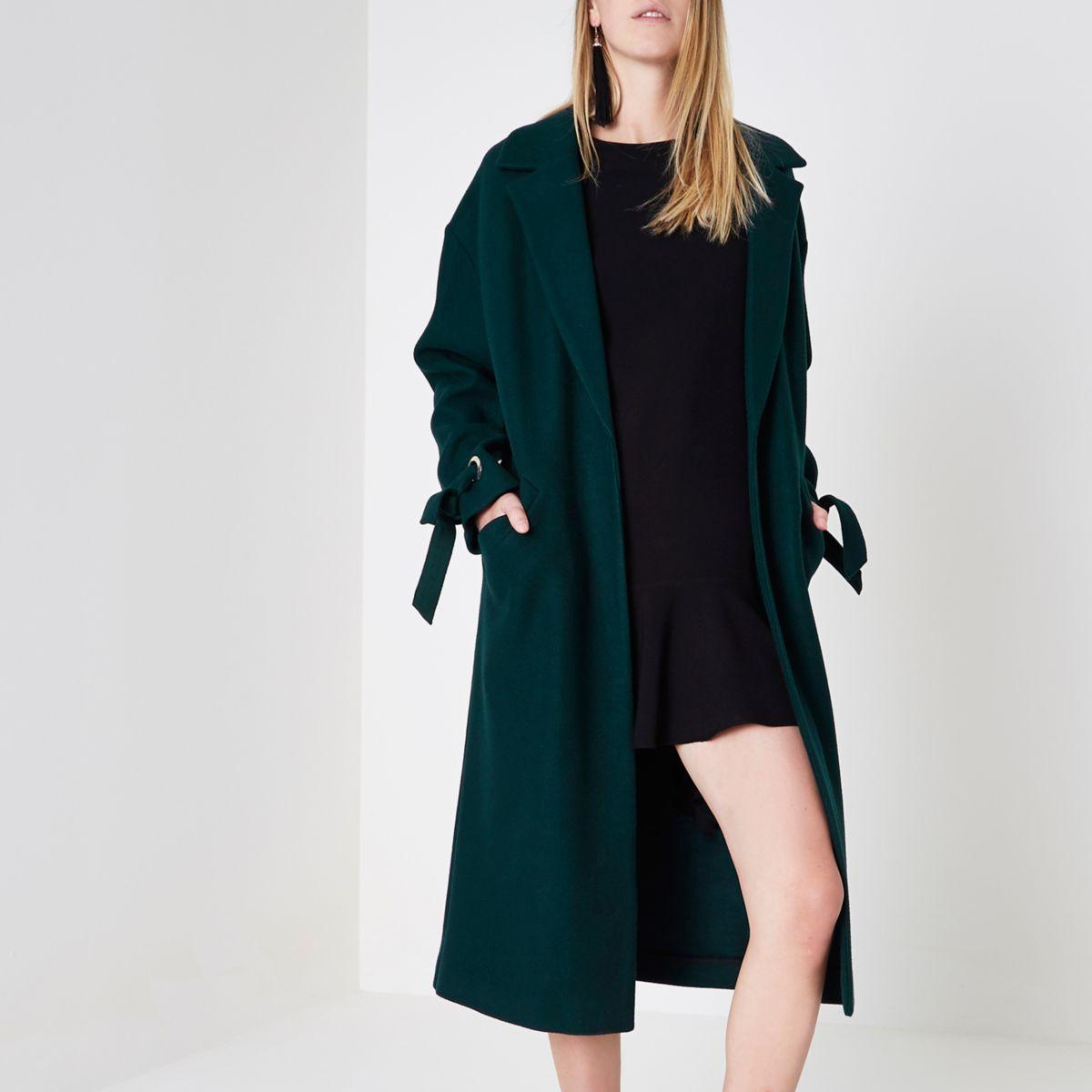 Dunkelgrüner Mantel mit gebundenen Bündchen