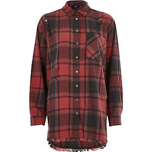 Chemise à carreaux rouge et ourlet plongeant