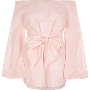 Top Bardot rose à manches évasées noué sur le devant