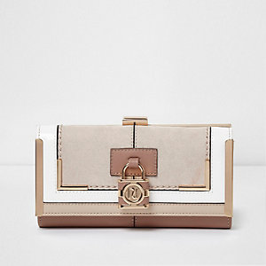 Beige portemonnee met paneel, druksluiting en hangslotje