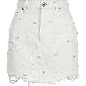 Weißer Minirock mit Perlenverzierung