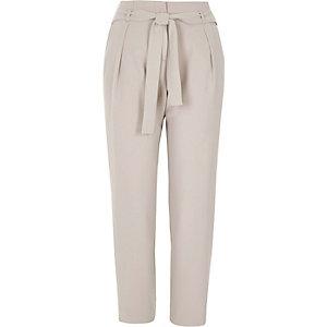 Pantalon fuselé gris clair noué à la taille
