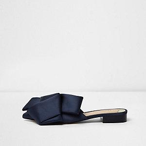Marineblauwe satijnen oversized platte loafer zonder achterkant met strik
