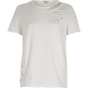 T-shirt ajusté blanc orné de perles et déchiré