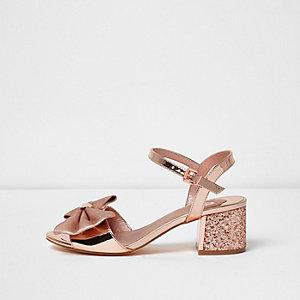Sandales doré rose métallisé à talons carrés et nœud