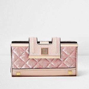 Roze doorgestikte fluwelen portemonnee met druksluiting