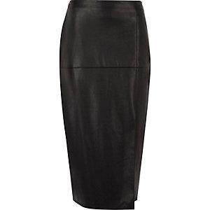 Jupe crayon noire en cuir synthétique avec fente sur le côté