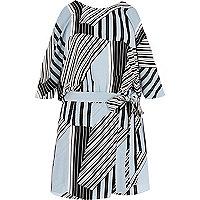 Combi-short rayé bleu avec ceinture à la taille et épaules dénudées