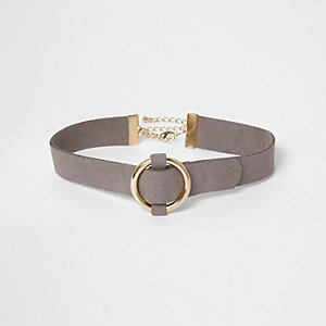 Collier ras-de-cou en suédine grise avec anneau doré
