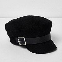 Schwarze Mütze mit Schnalle