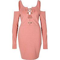 Robe moulante rose lacée à épaules dénudées