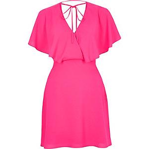 Robe rose avec liens à l'encolure façon cape