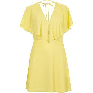 Gelbes Cape-Kleid