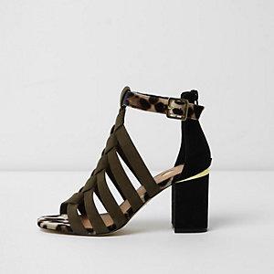 Kaki sandalen met brede pasvorm en gevlochten bandjes voorop