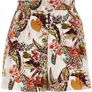 Weiße, elegante Shorts mit tropischem Muster
