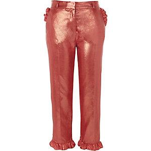 Pantalon court rose métallisé à bordures à volants