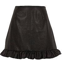 Mini-jupe en cuir synthétique noire à volant à l'ourlet